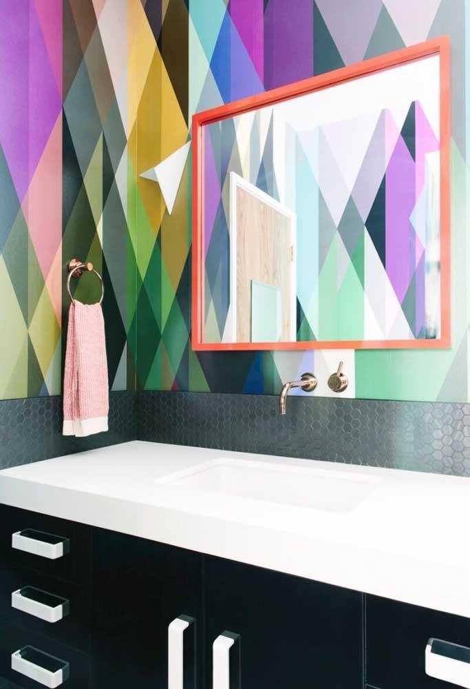 Aplique um papel de parede colorido na área da pia do banheiro.