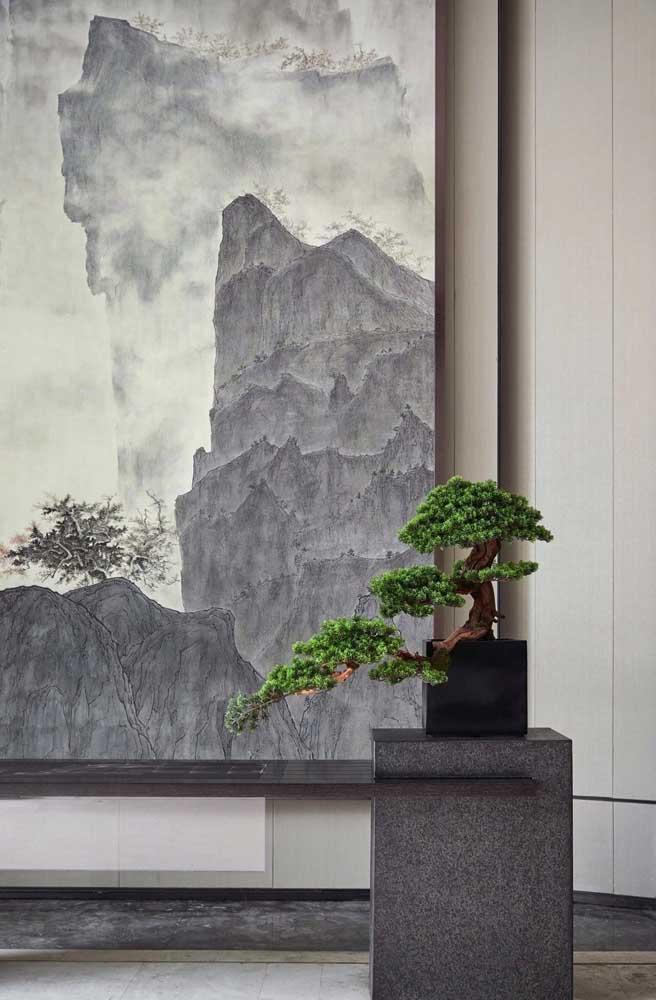 As montanhas ao fundo, no painel, parecem interagir com o bonsai