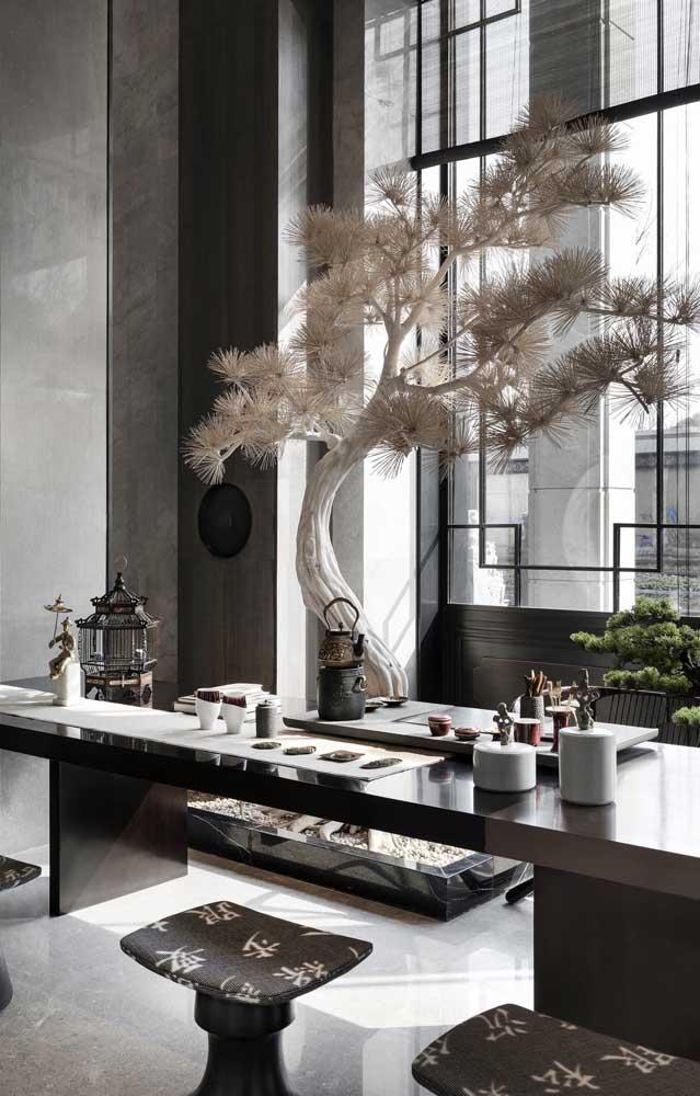 Nesse escritório, o bonsai é responsável por criar um belíssimo cenário junto à janela