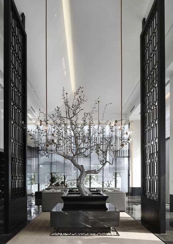 O ambiente super sofisticado não poderia ficar melhor do que com um bonsai logo na entrada