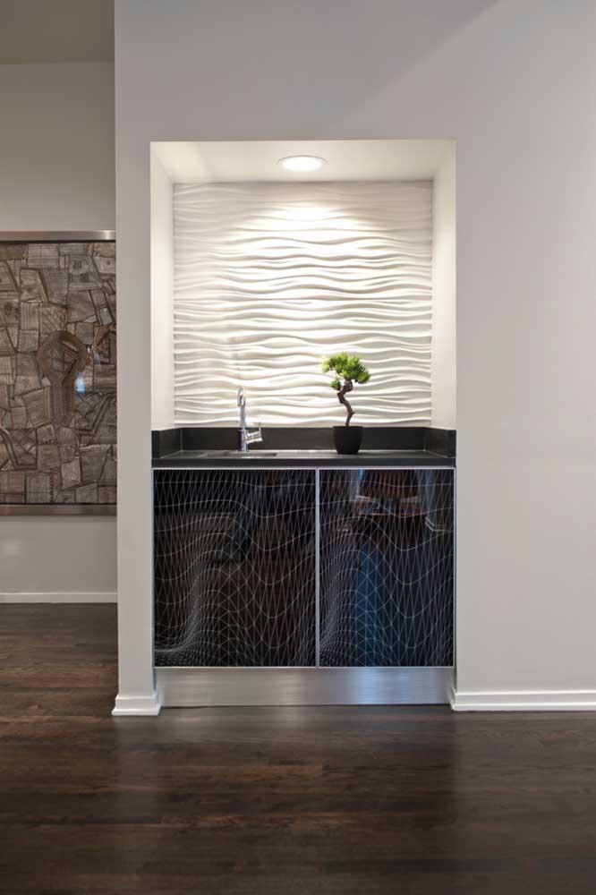 Essa cozinha moderna e minimalista apostou em um bonsai pequeno e delicado sobre a bancada