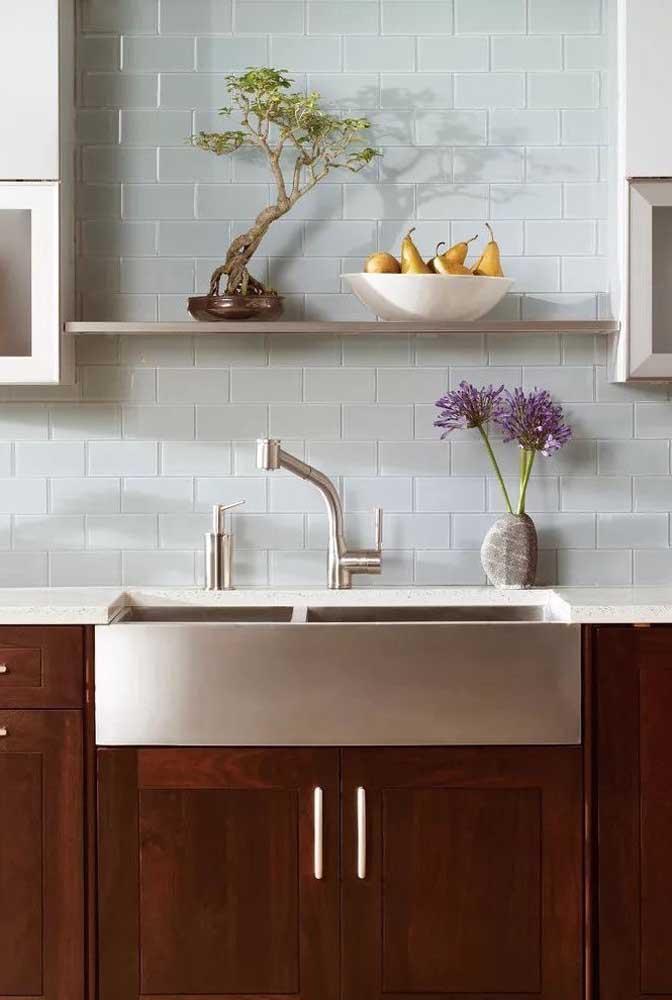 Bonsai na cozinha com a iluminação adequada para a espécie cultivada