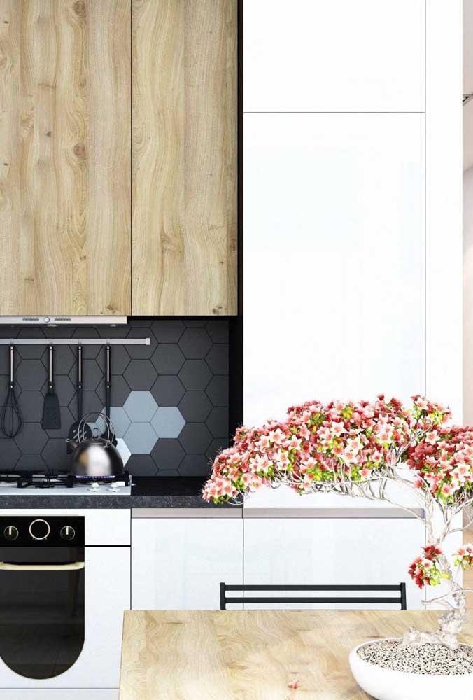 Lindo bonsai florido para a cozinha moderna