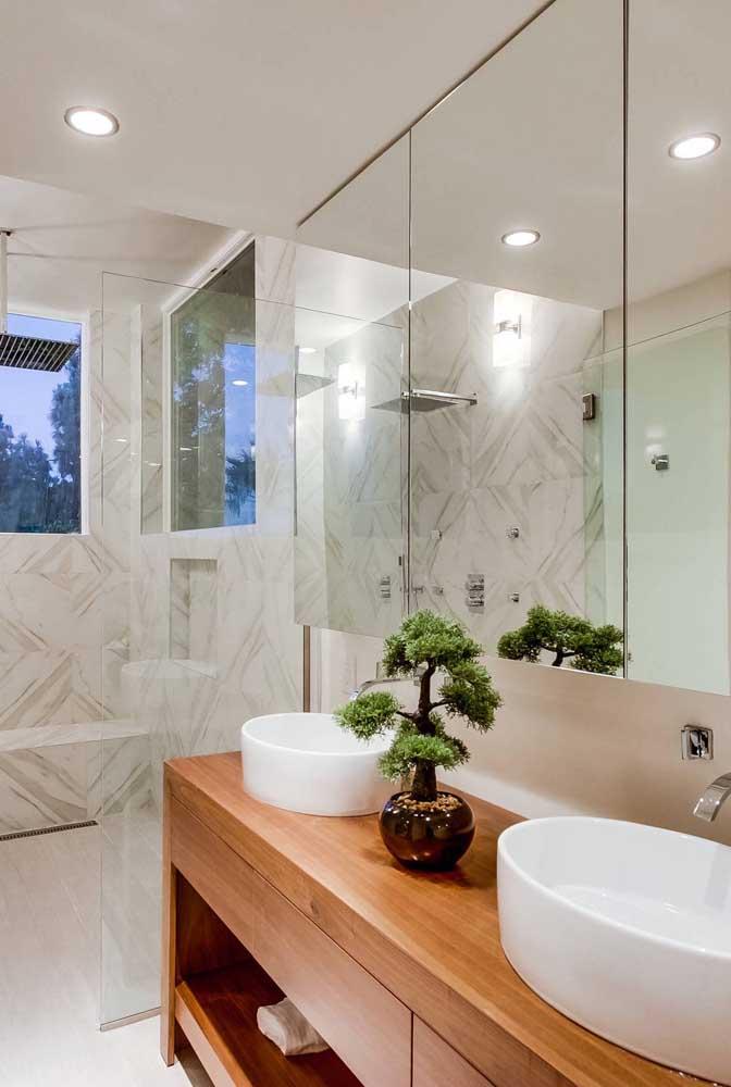 O banheiro também é um dos lugares da casa que pode receber um bonsai