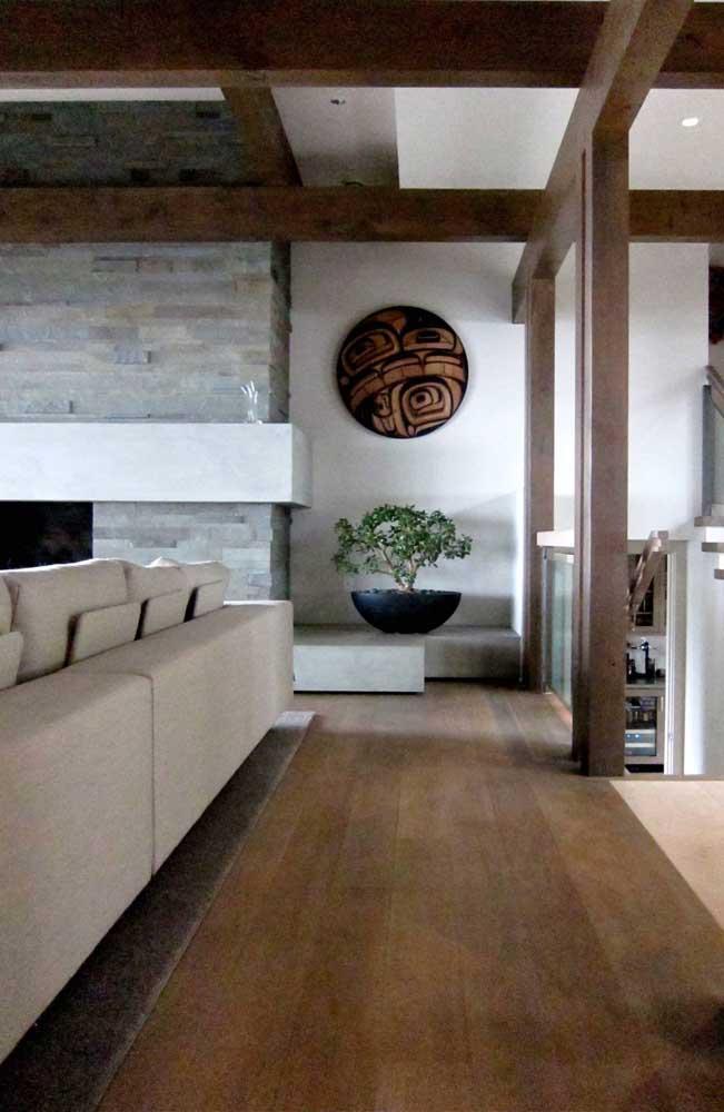 A sala rústica adotou um belo exemplar de bonsai