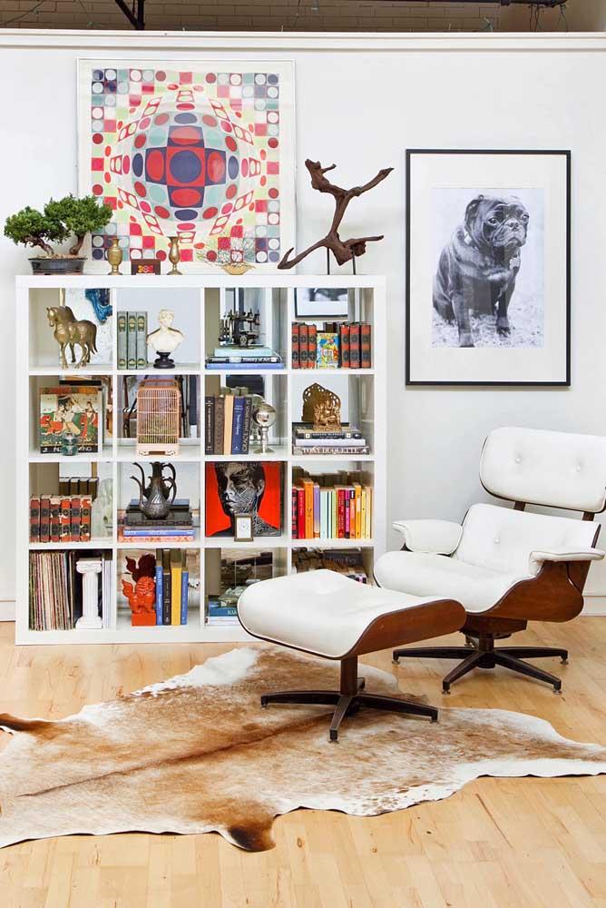 Nessa sala, o bonsai compartilha espaço com outros objetos de decoração