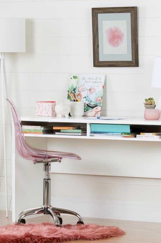 Modelo de cadeira de acrílico com rodinhas transparente na cor rosa para o home office