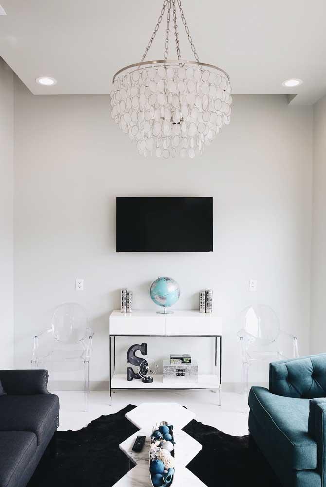 Cadeiras de acrílico transparente com braços; perfeita para levar mais leveza à sala de estar
