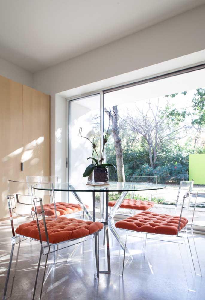 Conjunto de cadeiras em acrílico para a mesa redonda da cozinha; repare que foram usados futtons para deixar as cadeiras mais confortáveis