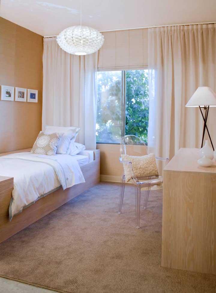 Cadeira de acrílico transparente com almofada para ser usada junto à escrivaninha do quarto de solteiro