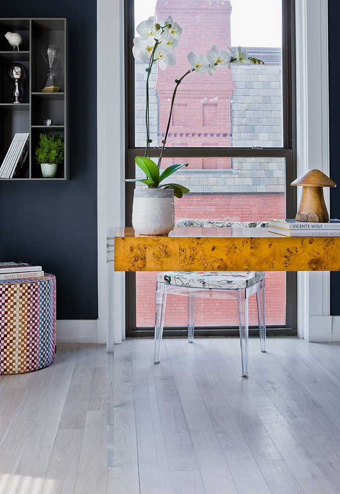Um escritório moderno e clean, ideal para a cadeira de acrílico transparente