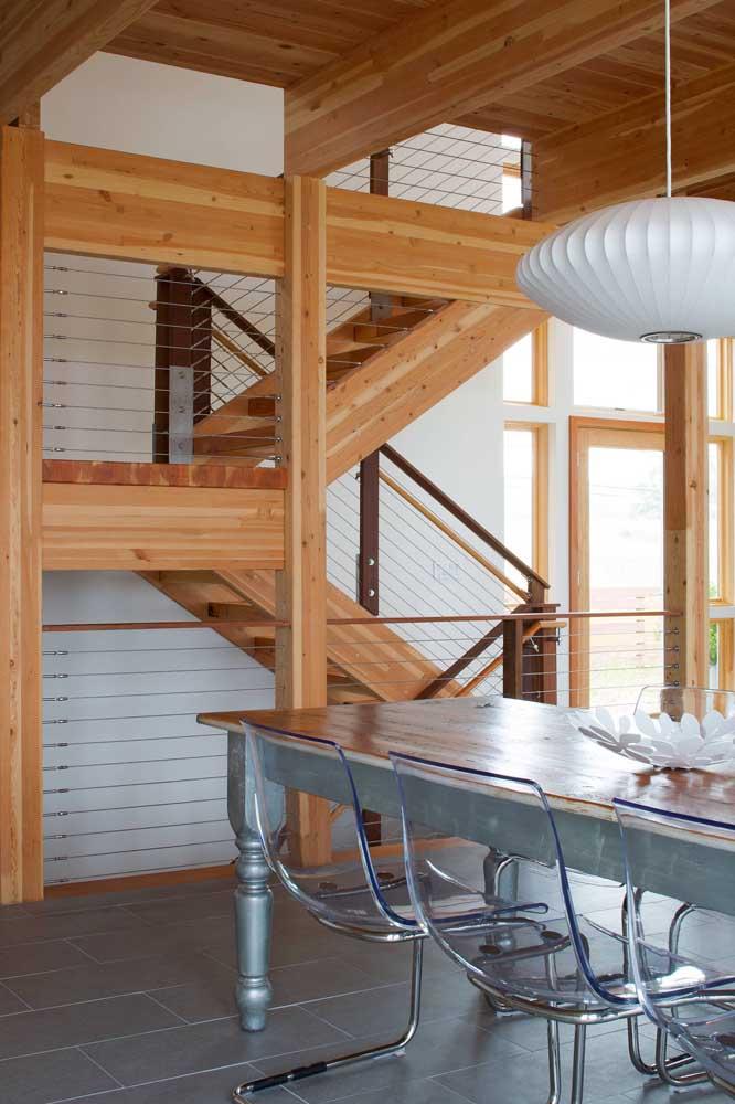 O espaço rústico e moderno ganhou cadeiras de acrílico transparente com pés em ferro