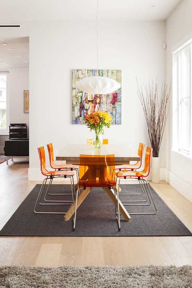 Sala de jantar moderna com cadeiras de acrílico laranja