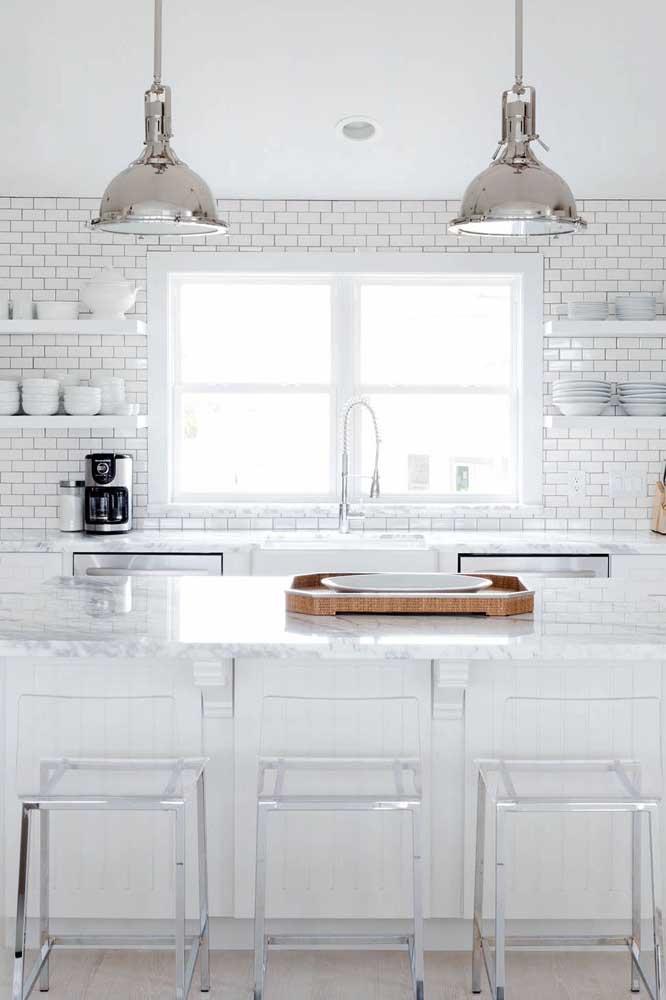 Banquetas em acrílico transparente para a cozinha branca com balcão; tudo pra lá de clean