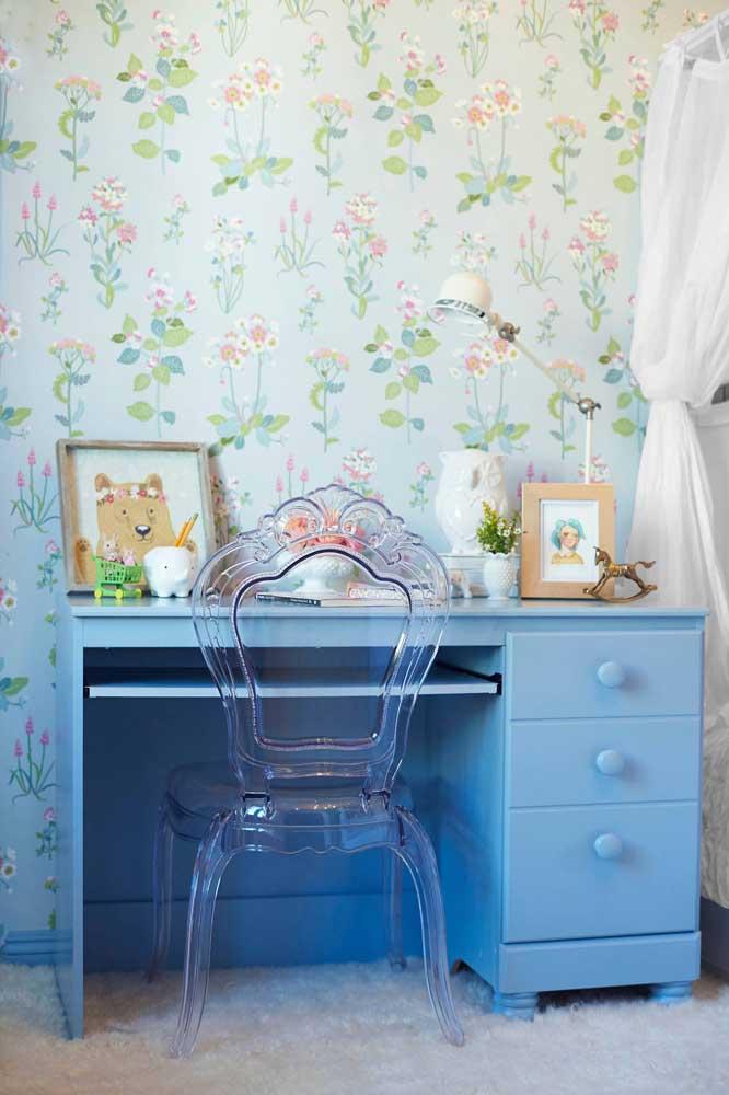 Quarto com estilo romântico e clássico complementado pela cadeira de acrílico transparente para a escrivaninha