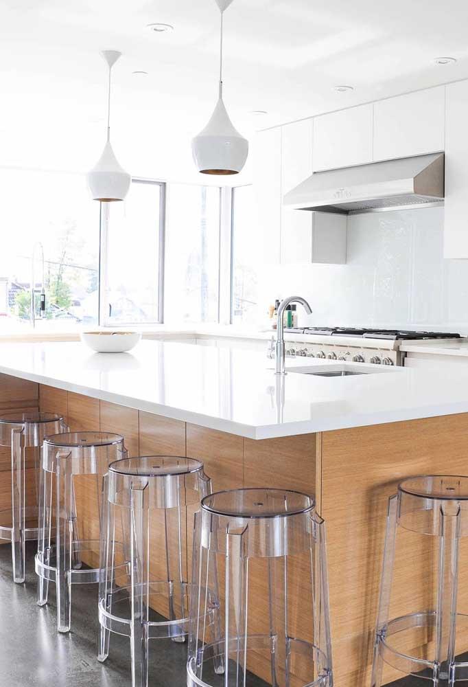 A cozinha com ilha ficou ótima com banquetas em acrílico transparente