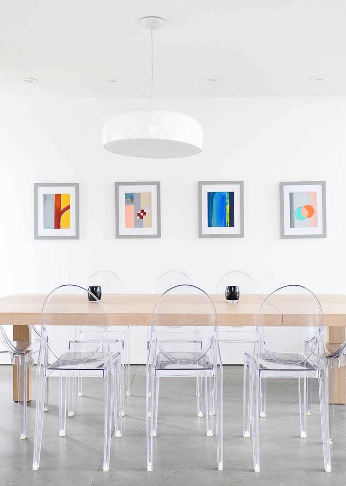 Sala de jantar moderna e minimalista com cadeiras Ghost em acrílico transparente