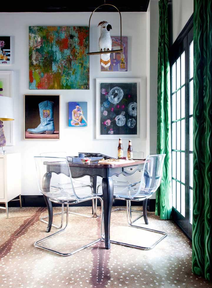 Espaços contemporâneos ficam perfeitos com cadeiras de acrílico; a inspiração aqui são as cadeiras ao estilo Panton