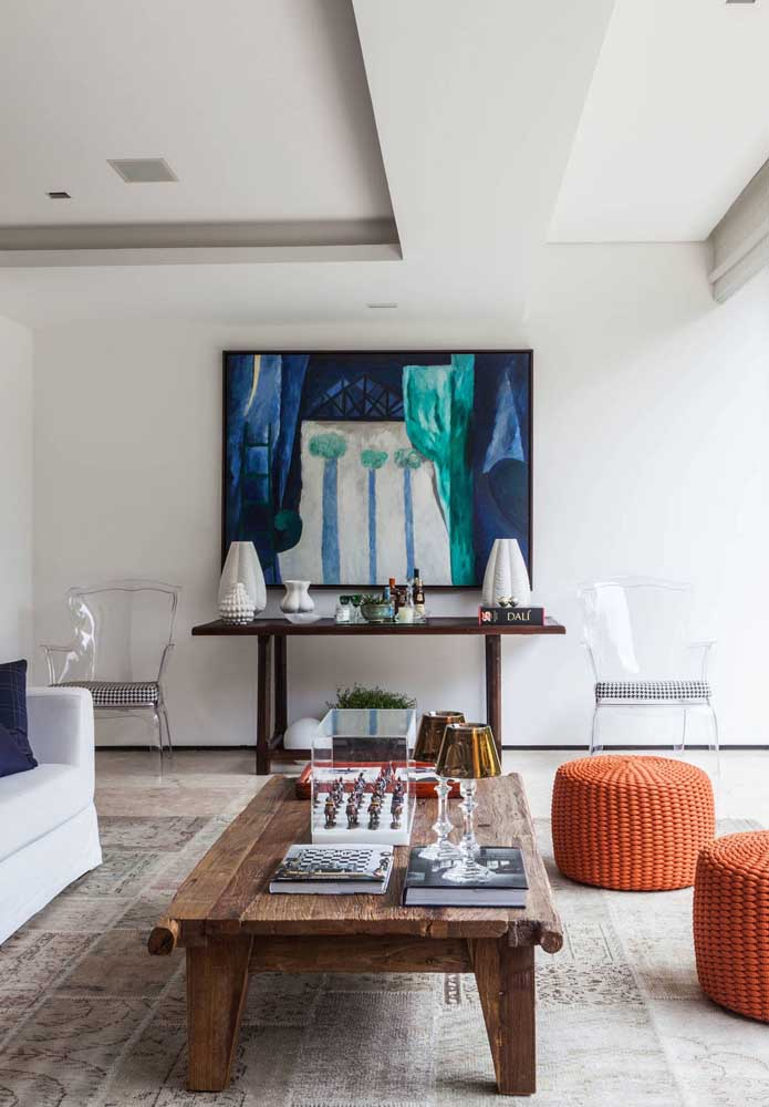 Uma sala de estar elegante completada pela dupla de cadeiras de acrílico transparente
