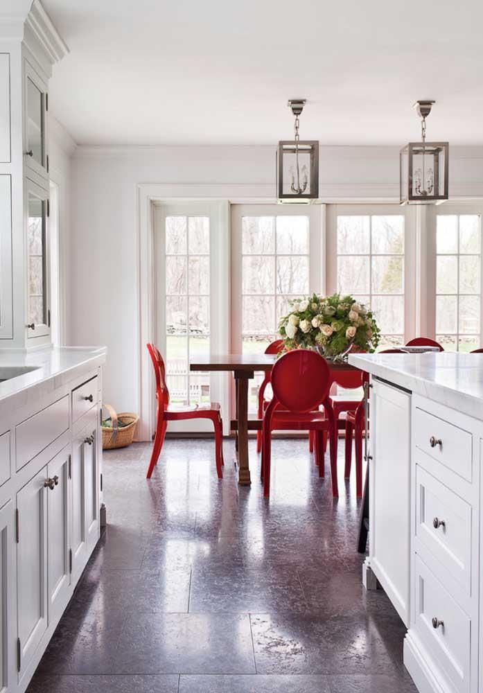 Cadeira Ghost em acrílico vermelho para a sala de jantar elegante