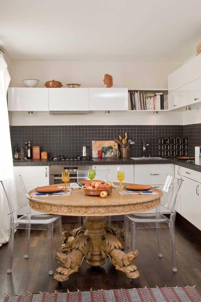 A mesa dessa cozinha é um espetáculo e combinou perfeitamente com as cadeiras de acrílico transparente