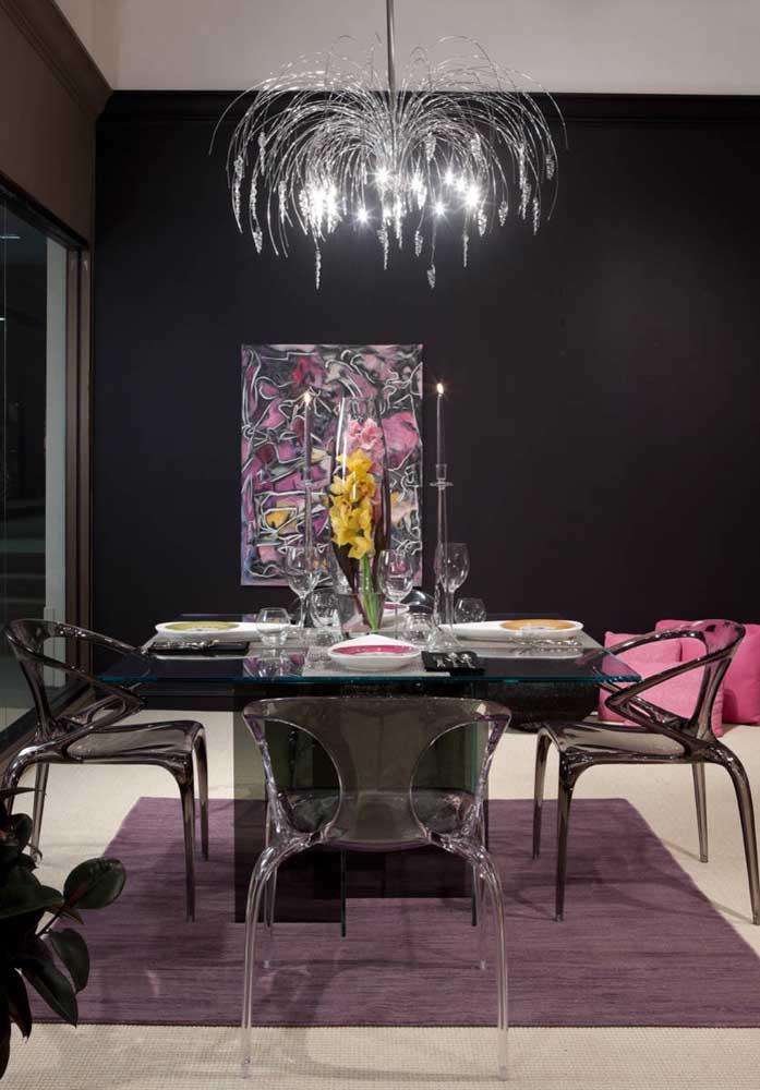 Uma sala de jantar glamourosa com cadeiras de acrílico transparente na cor preta