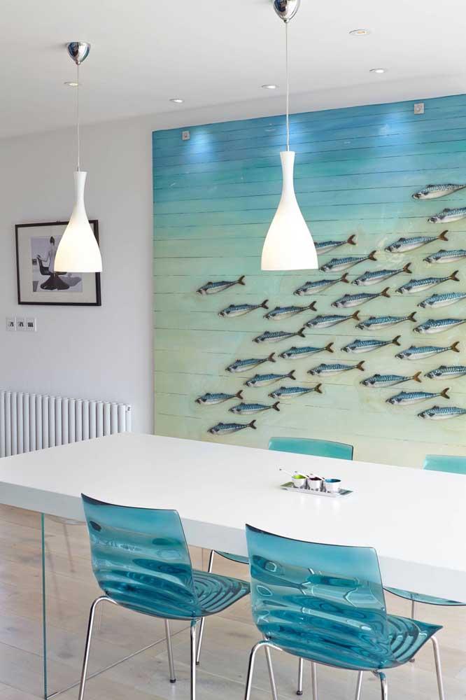 Sala de jantar com cadeiras de acrílico azul