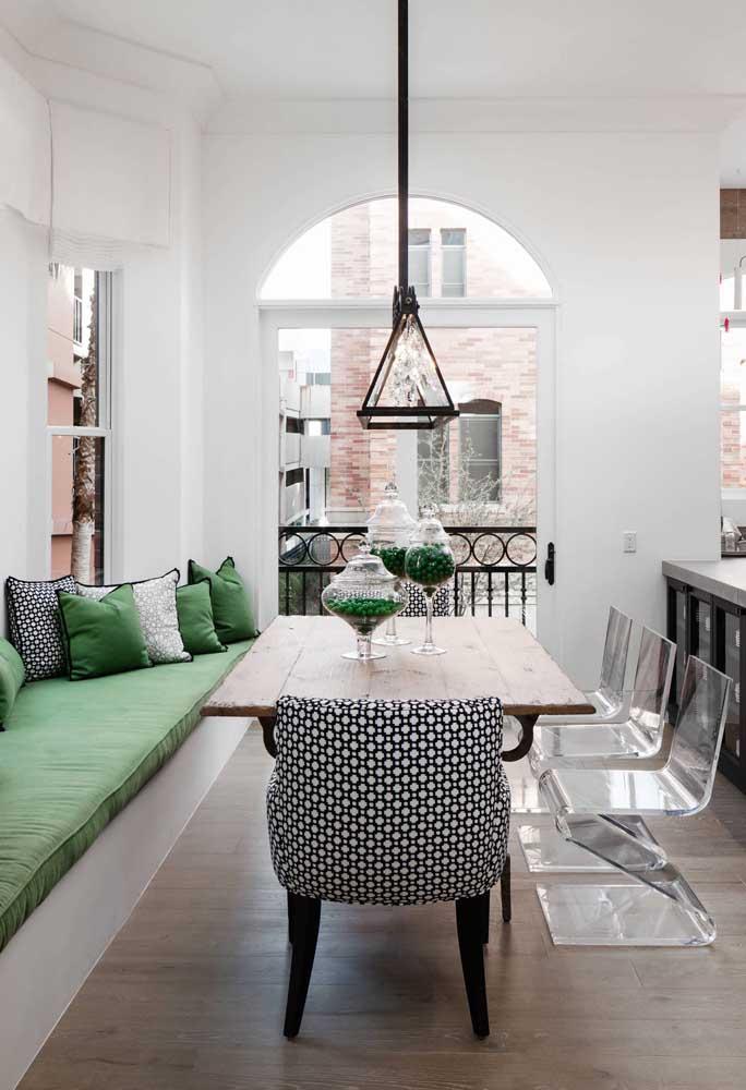 Mais uma linda inspiração de sala de jantar com canto alemão e cadeiras de acrílico transparente