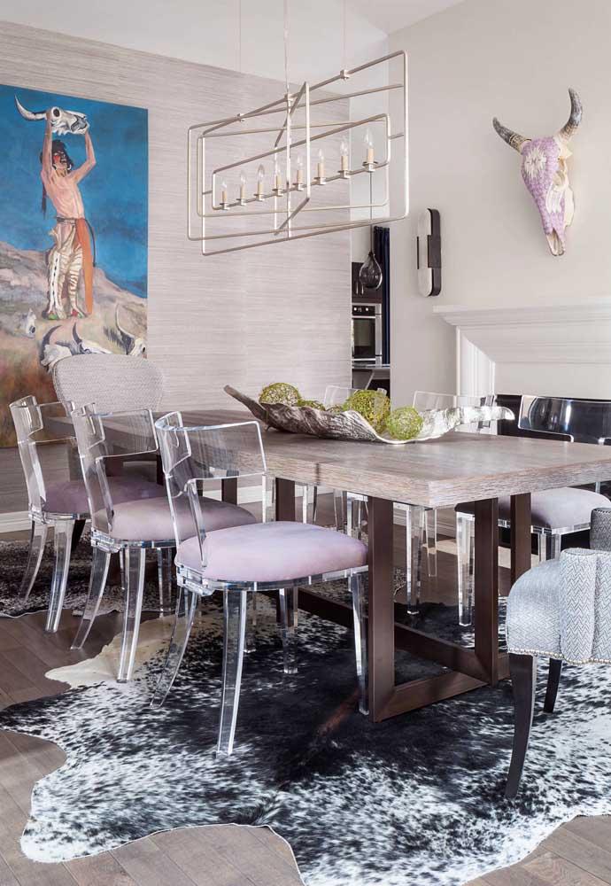 Uma sala de jantar cheia de personalidade complementada com cadeiras de acrílico transparente e assentos estofados na cor rosa