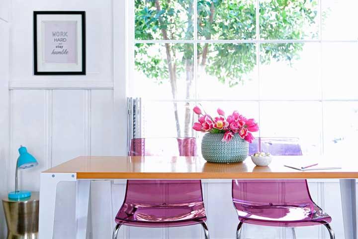 Cadeiras de acrílico rosa para o ambiente jovial