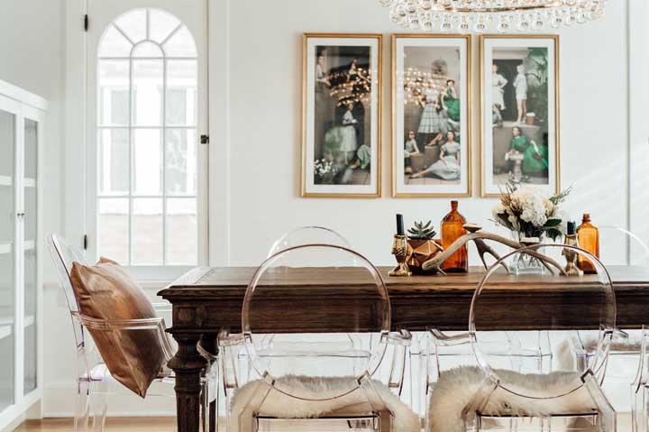 Sala de jantar com mesa em madeira e cadeiras de acrílico transparente no modelo Ghost