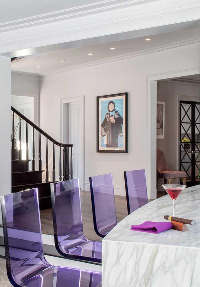 Que linda inspiração! A sala de jantar ficou incrível com a escolha das cadeiras de acrílico na cor roxa