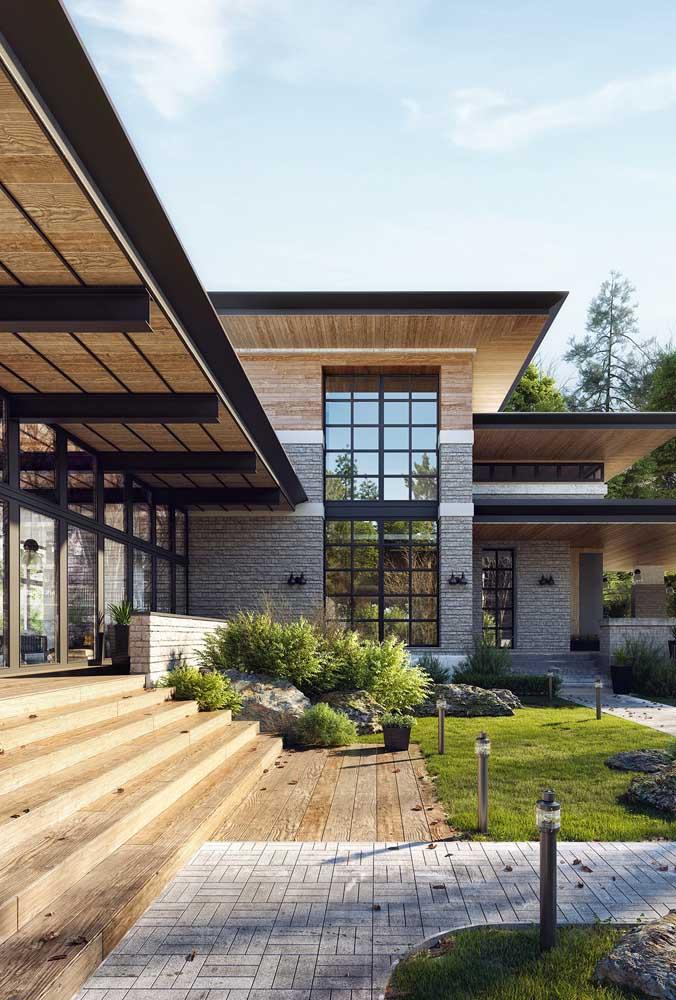 A casa em L ganhou janelas grandes e varandas extensas viradas para o jardim e a entrada da residência