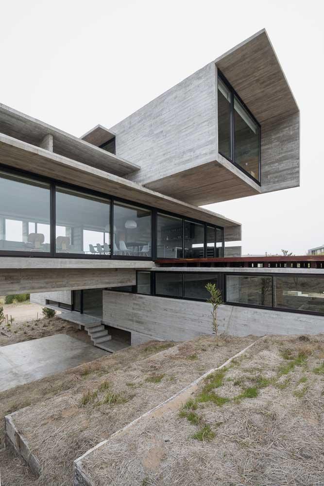 Casa em L com arquitetura contemporânea