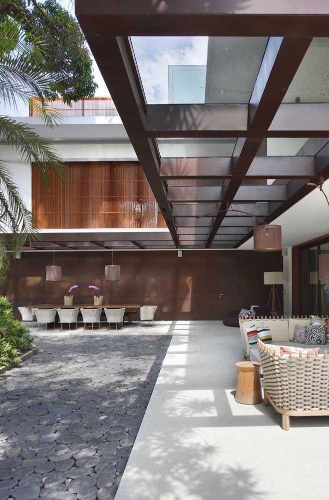 Casa em L com destaque para o corredor externo; repare que o espaço foi aproveitado para um espaço gourmet