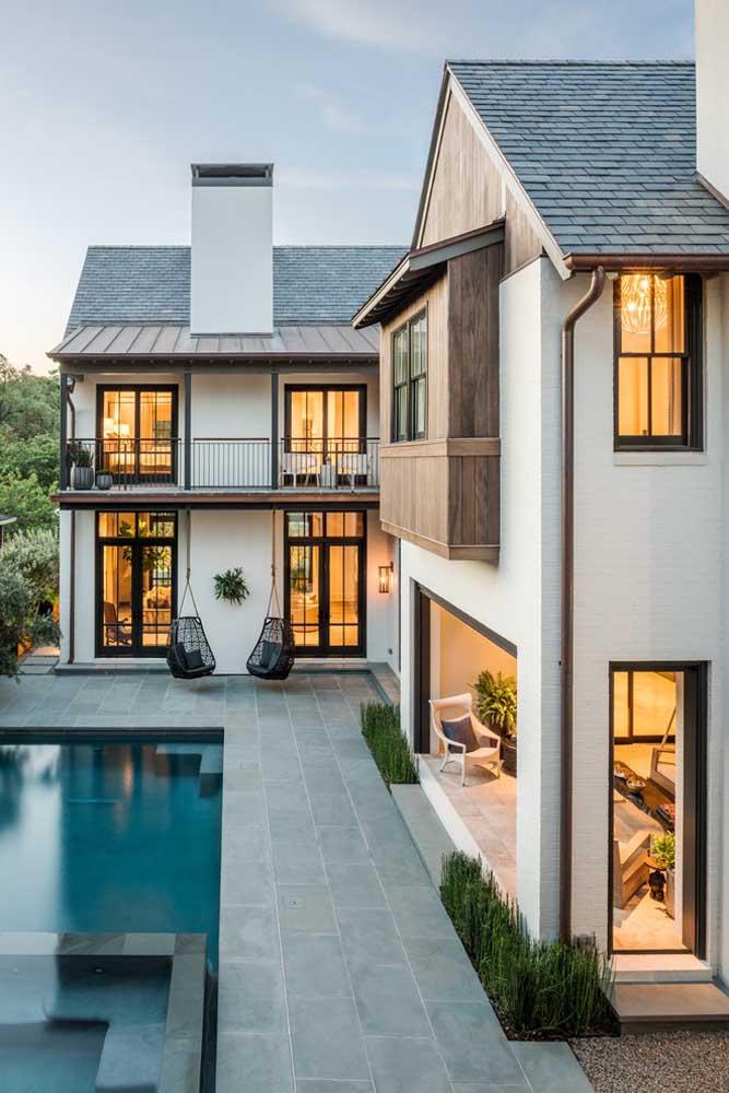 Casa em L com piscina; os dois pavimentos garantem uma casa ampla e com inúmeros ambientes