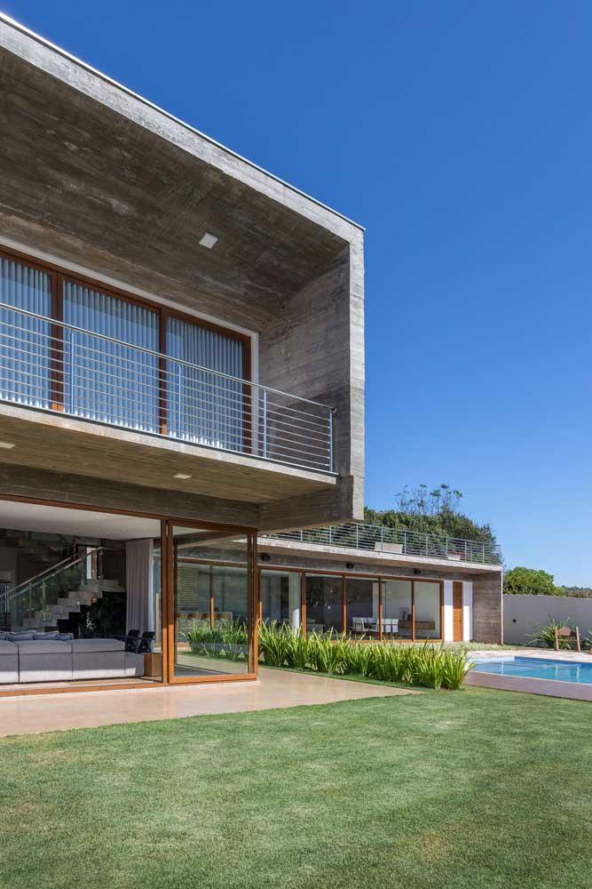 O destaque dessa casa em L é o belo jardim que a contorna