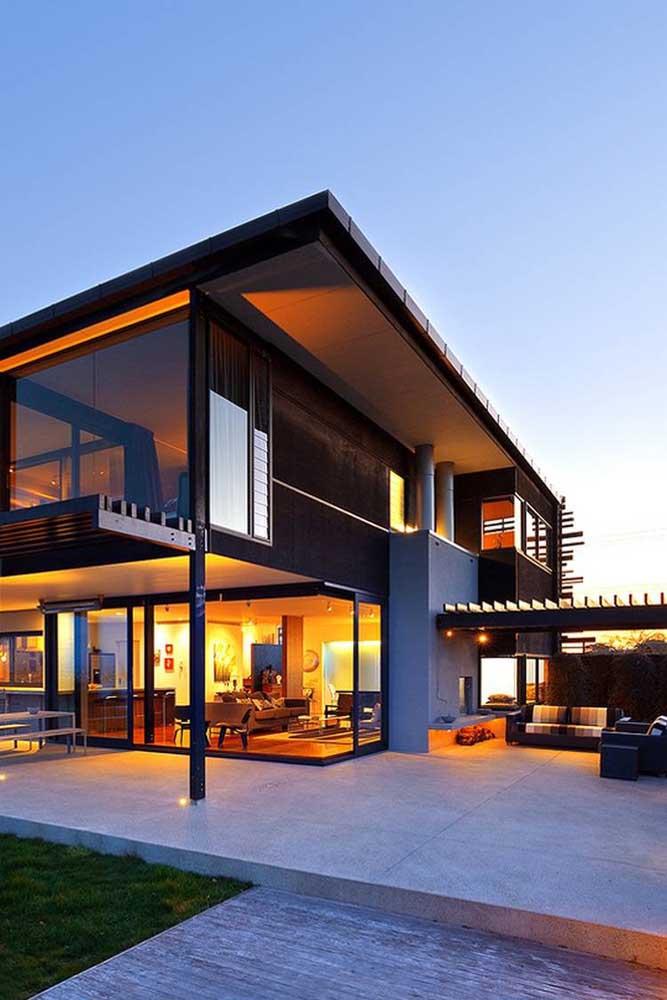 Que linda inspiração! A casa com planta em L contou com varanda coberta e portas de correr para os ambientes integrados