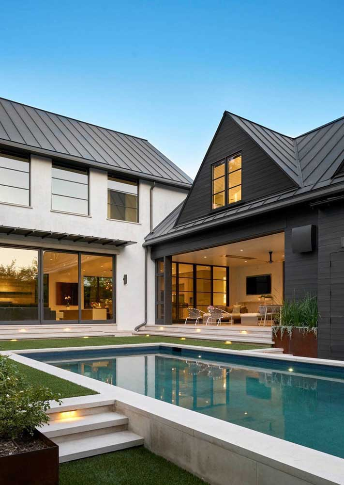 Casa em L com piscina, dois andares e varanda coberta
