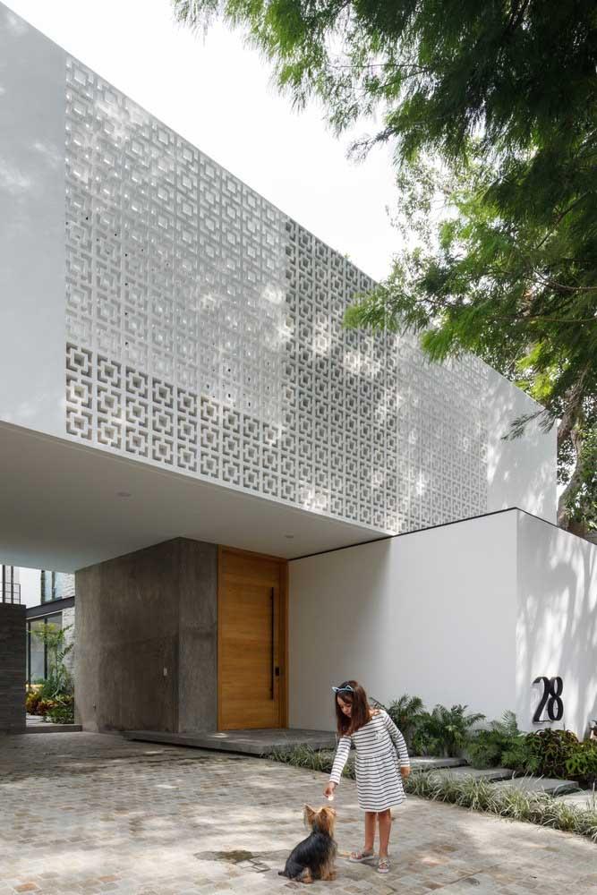 Casa em L moderna com construção no piso superior para melhorar a circulação de ar e da iluminação