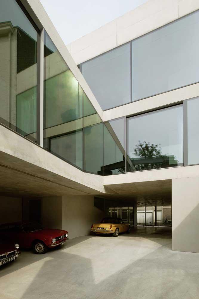 Essa casa em L foi feita acima da garagem interna, garantindo mais espaço para os cômodos