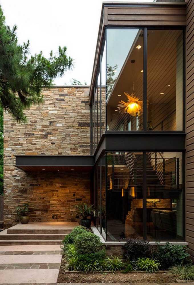 Casa em L pequena com janelas grandes e design moderno