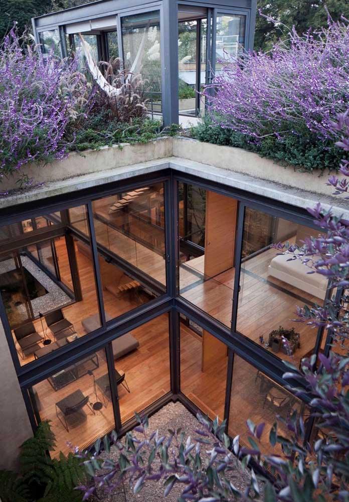 Casa em L vista de cima; perceba que os ambientes contam com pé direito duplo e varanda no andar de cima