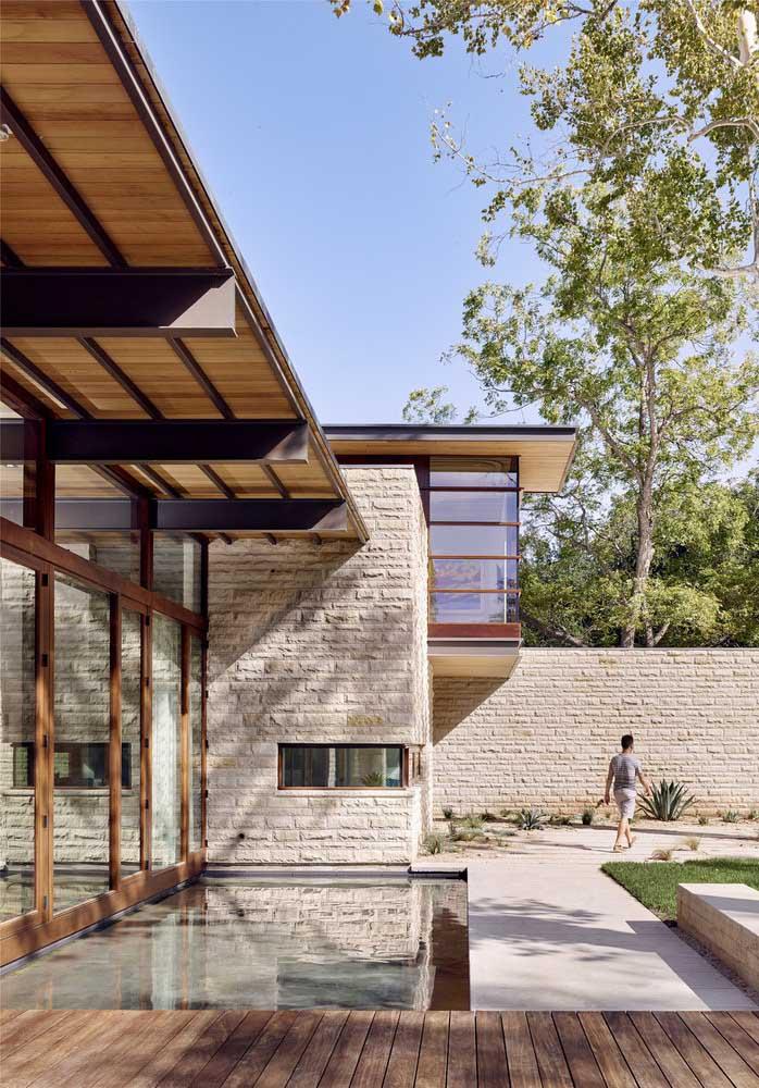 Casa moderna em L com varanda esbanjando luz natural