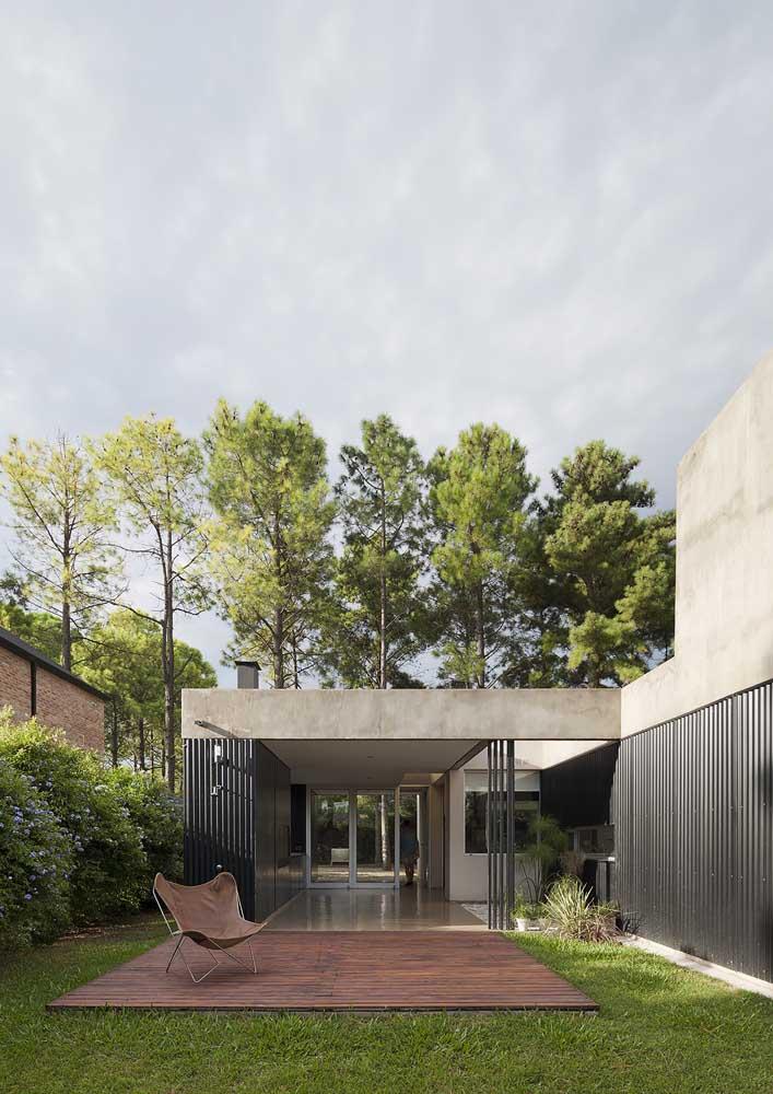 Casa moderna em L com acesso e vista privilegiada para a varanda
