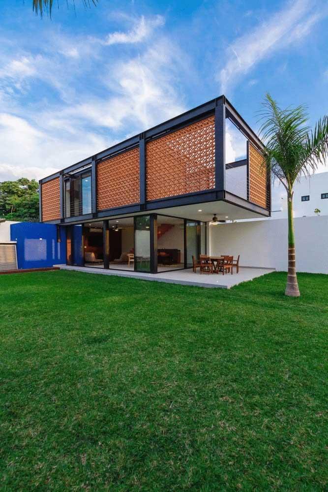 Casa em L simples, em terreno extenso, com cômodos abertos e varanda gourmet