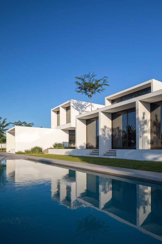 A planta da casa moderna em L garantiu a vista perfeita para a piscina da residência
