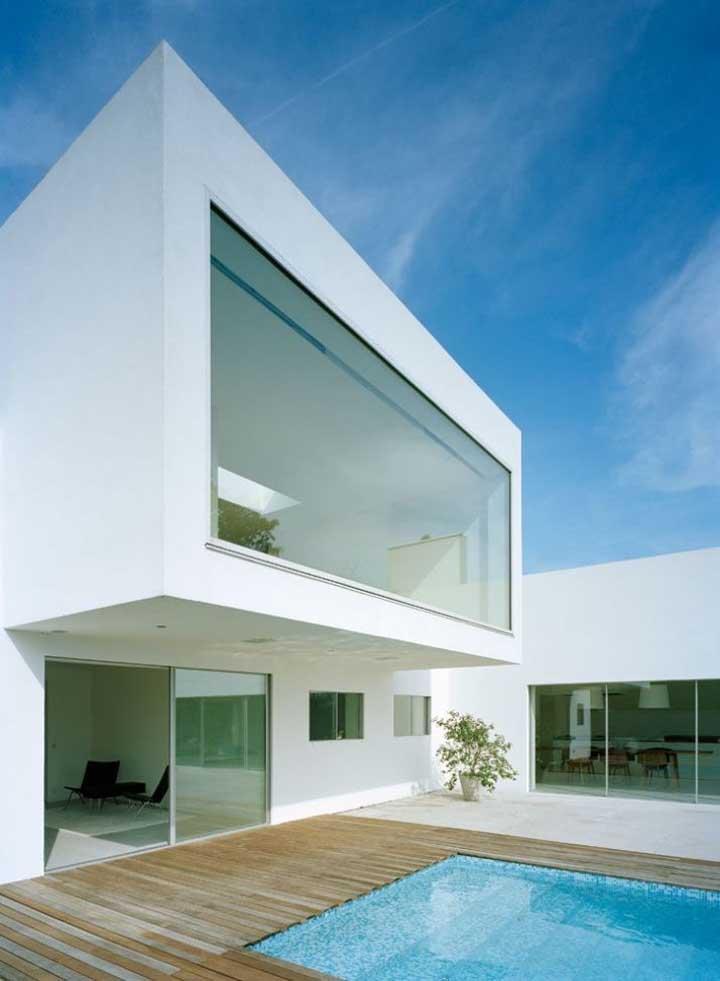 Casa em L moderna com piso superior e vista para a piscina