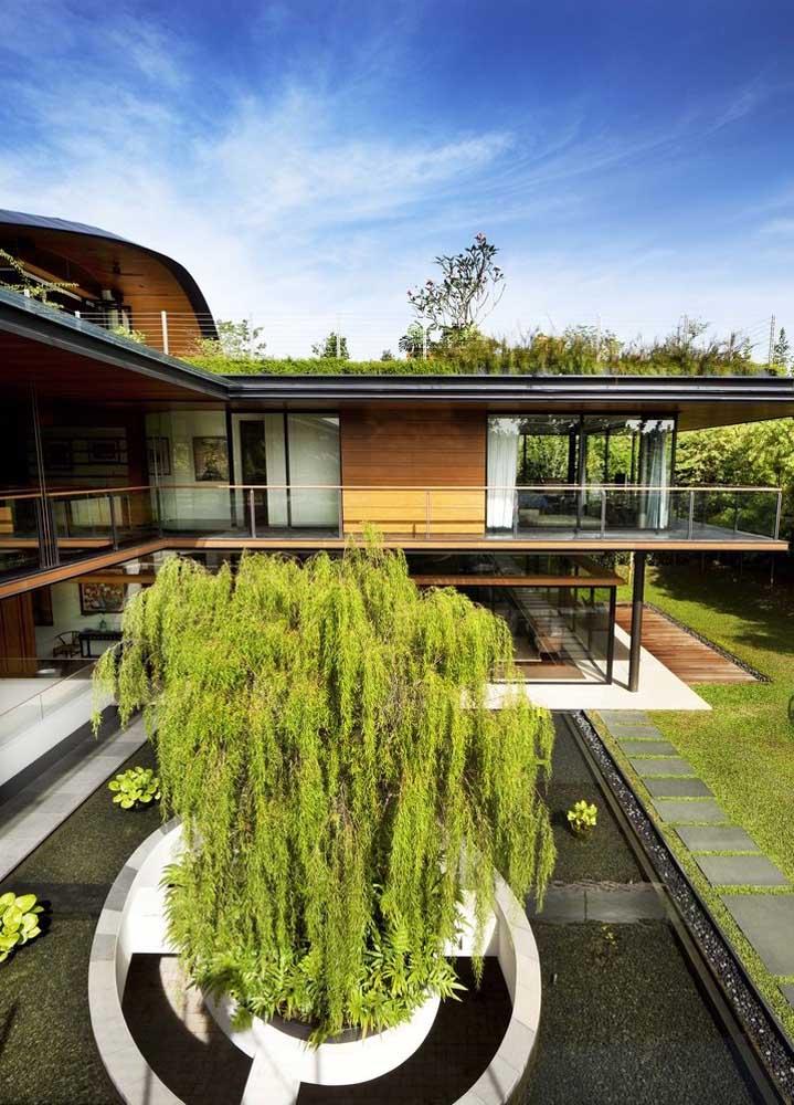 Casa em L com varanda nos dois andares e vista para o jardim