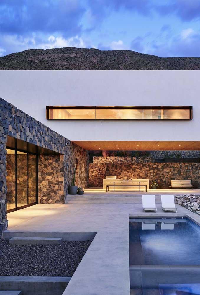 A casa moderna com planta em L ganhou varandas extensas e iluminação especial